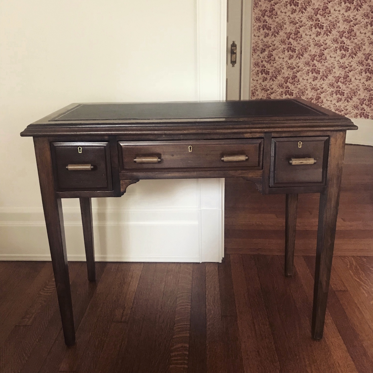 DIY: A 1930s desk with leather top